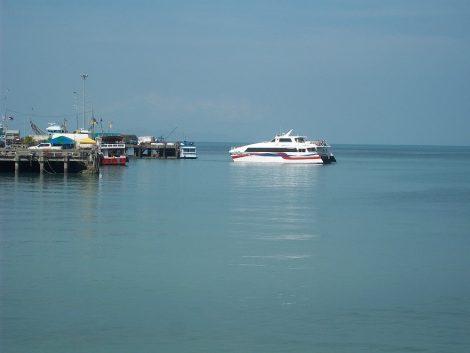 Lomprayah Ferry stopping at Koh Samui