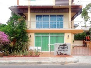 The Baan Meesri Serviced Residence is nicest of the hotels near Surat Thani train station
