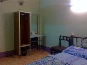 Queen Hotel, Surat Thani Railway Station bed