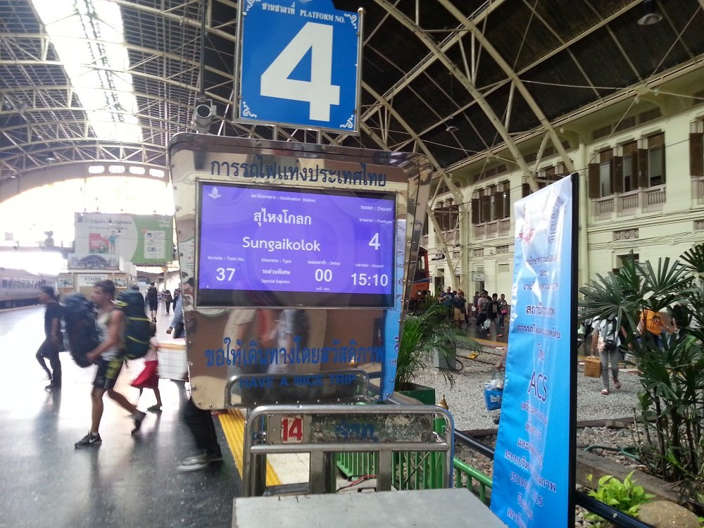 New electronic departure information on the train platform